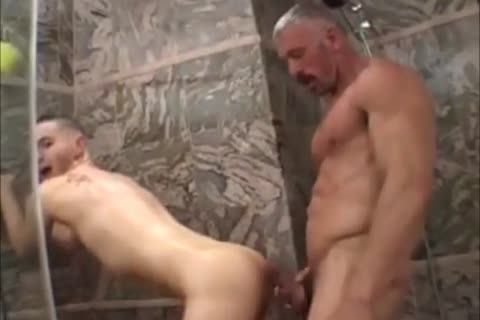 Muscled daddy bonks hotty twink