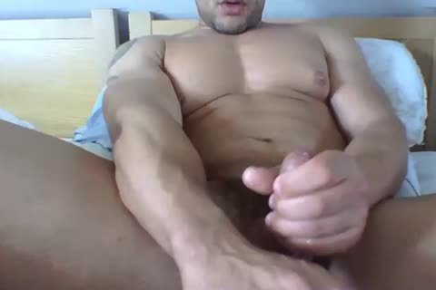 Muscle Daddy Wanks & Cums