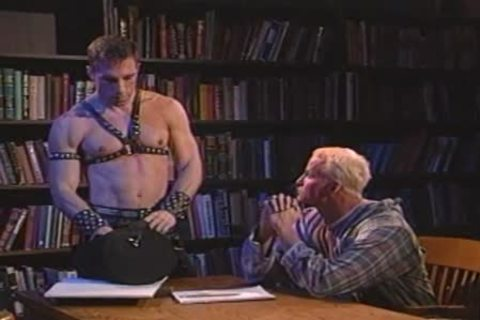 Leather daddy female-dominatorting a blonde